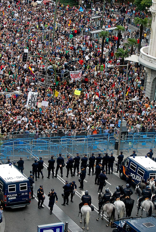 Quelle: uhupardo.wordpress.com - Madrid aktuell: 1.400 Polizisten schützen die Volksvertreter vor dem Volk